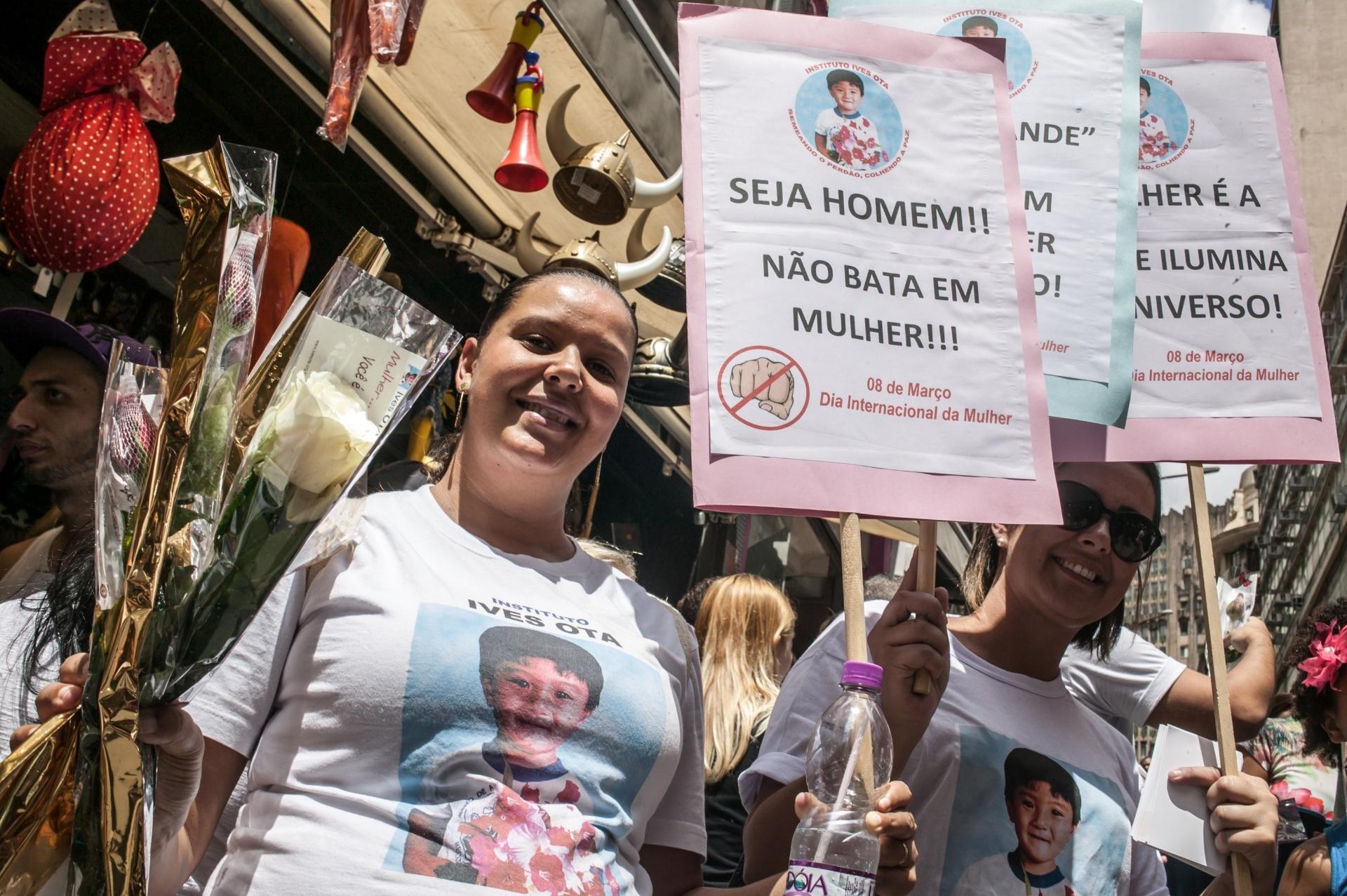 5.mar.2016 - Grupo distribuiu 6.000 rosas vermelhas em celebração ao Dia Internacional da Mulher, comemorado no próximo dia 8. O grupo reivindica ações contra a violência da mulher, na ladeira Porto Geral, região de comércio popular de São Paulo