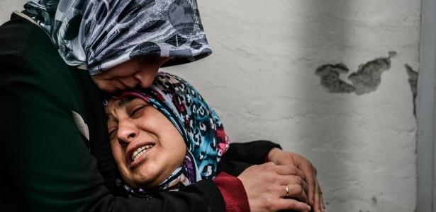Mãe de uma das vítimas chora enquanto espera por mais informações dos feridos em atentado no domingo (13) em Ancara, na Turquia