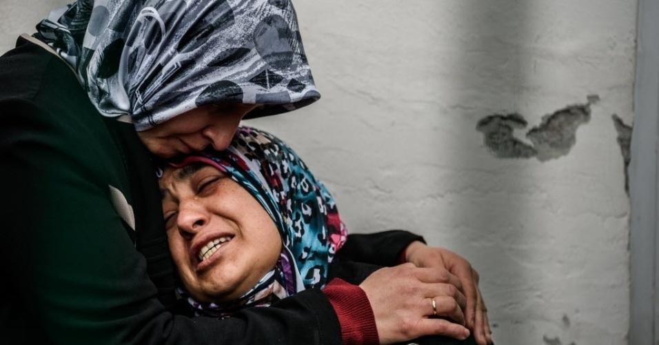 14.mar.2016 - Mãe de uma das vítimas chora enquanto espera por mais informações dos feridos em Ancara, na Turquia, após um carro-bomba destruir uma praça movimentada no domingo (13). O último balanço aponta que ao menos 37 pessoas morreram e 120 ficaram feridas na explosão