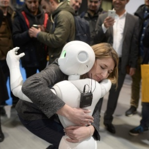 Mulher abraça robô Pepper em Hanover, na Alemanha, em março - Nigel Treblin/ Reuters