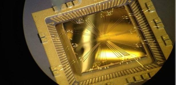A foto mostra um chip desenvolvido pela cientista como parte de uma pesquisa sobre o desenvolvimento de computação quântica com íons