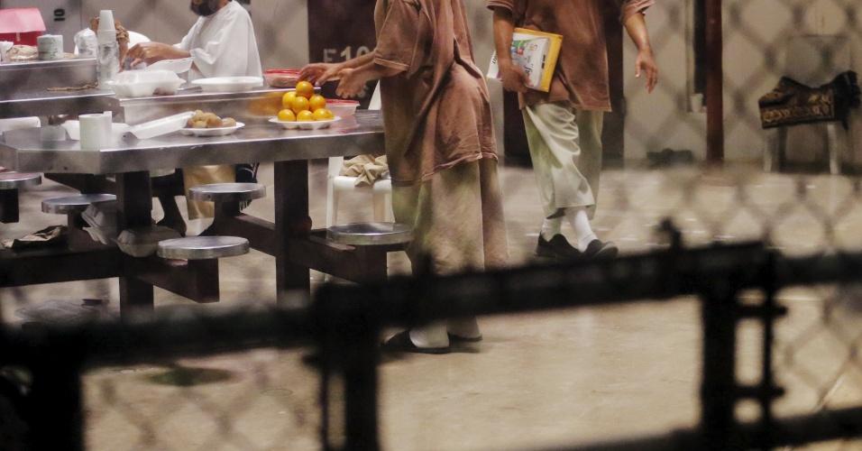 28.mar.2016 - A prisão foi aberta em 2002 pelo então presidente George W. Bush dentro do território de 120 km² na costa sudeste de Cuba que é controlado pelos EUA desde 1903 e abriga uma base naval norte-americana. A imagem foi feita no dia 22 de março e mostra detidos empilhando laranjas no acampamento da Força Tarefa Conjunta de Guantánamo, na base Naval norte-americana em Cuba