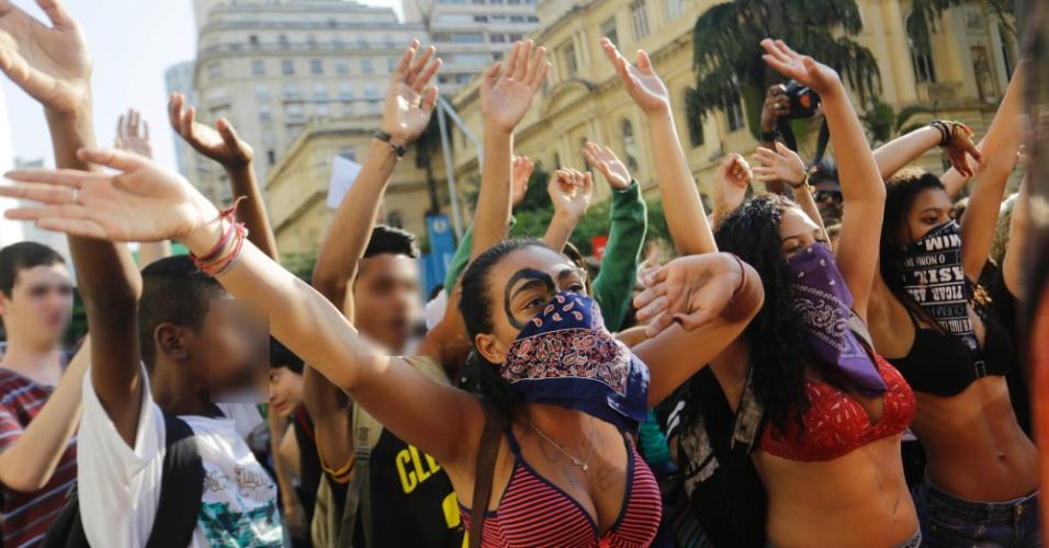 6.abr.2016 - Estudantes fecham avenida Ipiranga, no centro de São Paulo, contra os desvios na merenda e contra o fechamento de salas de aula na rede. Esta é a terceira manifestação realizada pelos estudantes neste ano
