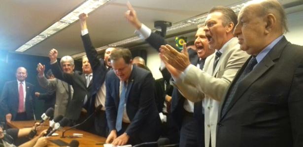 Deputados federais do PP comemoram após bancada decidir apoiar impeachment da presidente Dilma Rousseff