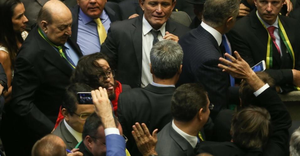 O deputado Jean Willys (PSOL-RJ) cospe em Jair Bolsonaro (de costas com o braço levantado) durante a sessão da Câmara dos Deputados