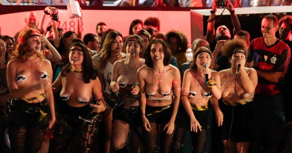 """1º.jun.2016 - Mulheres participam do ato """"Por Todas Elas"""" contra a cultura do estupro e a violência praticada contra as mulheres, na região da Candelária, no centro do Rio de Janeiro"""