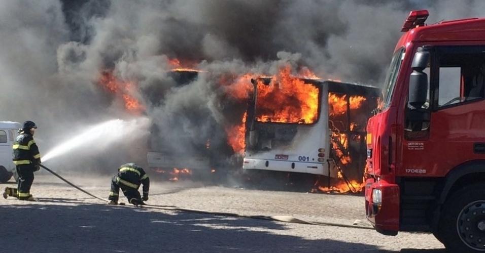 30.jul.2016 - Três ônibus foram incendiados no bairro Brasília Teimosa, no acesso à ponte Newton Navarro, zona leste de Natal, na tarde deste sábado (30). Já foram detidos, desde sexta-feira (29), 25 suspeitos de envolvimento em atos de vandalismo contra o transporte público na Região Metropolitana de Natal e no interior do Estado
