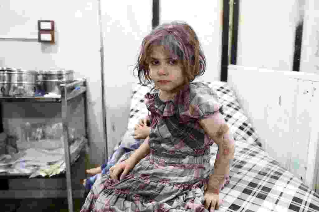 24.ago.2016 - Uma menina síria aguarda tratamento em um hospital improvisado, após um ataque aéreo na cidade de Douma, a leste da capital Damasco. Segundo a Unicef cerca de 3,7 milhões de crianças - uma em cada três no país - não conhecem outra realidade além do conflito que já dura cinco anos - Abd Doumany/AFP