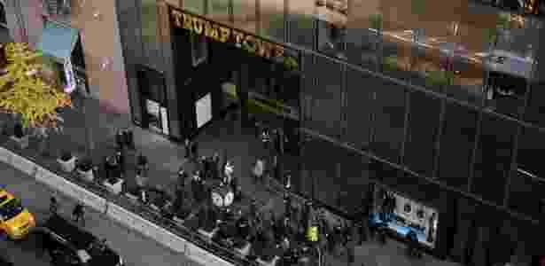 Repórteres trabalham do lado de fora da Trump Tower na Quinta Avenida, em Nova York (EUA) - Hilary Swift/The New York Times