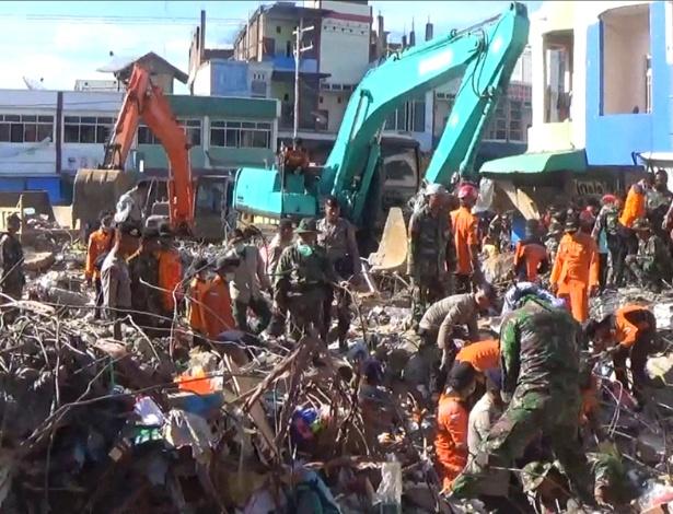 Equipes de resgate buscam por vítimas em área afetada por terremoto, em Pidie