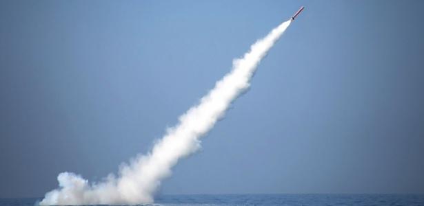 Imagem divulgada pelo Escritório de Comunicação do Exército (ISPR, sigla em inglês) mostra lançamento de um míssil submarino