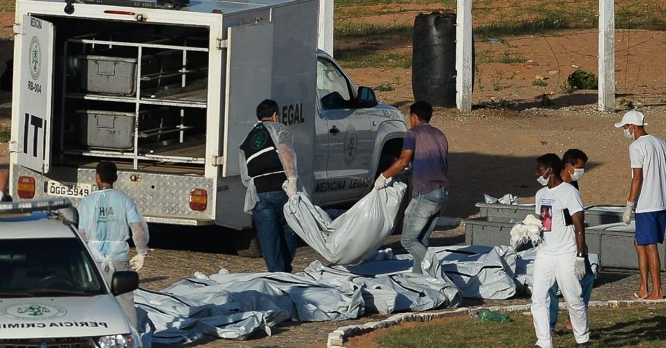 15.jan.2017 -Corpos de presos são removidos da penitenciária de Alcaçuz após rebelião deixar 26 mortos, próximo a Natal (RN)