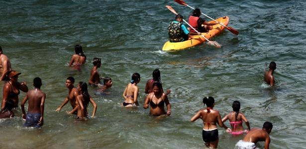 Movimentação de banhistas na praia Vermelha, na Urca, zona sul do Rio