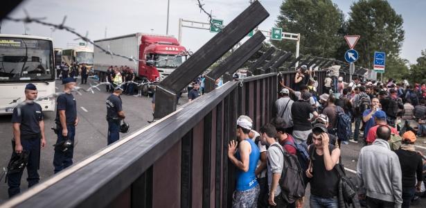 15.set.2015 - Refugiados deparam com muro que impedem sua entrada na Hungria, em Horgos, na Sérvia