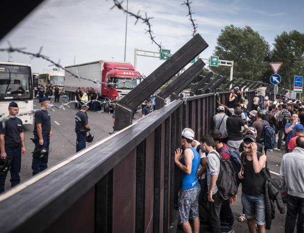 Refugiados deparam com muro que impedem sua entrada na Hungria, em Horgos, na Sérvia - Sergey Ponomarev/The New York Times