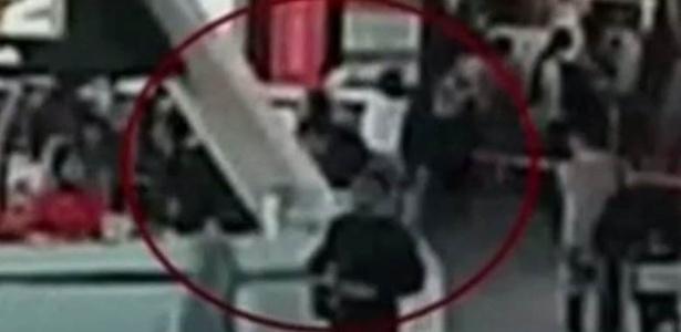Momento em que mulher passa algo sobre o rosto de Kim Jong-nam, que poderia ser tóxico  - Câmera de segurança do aeroporto