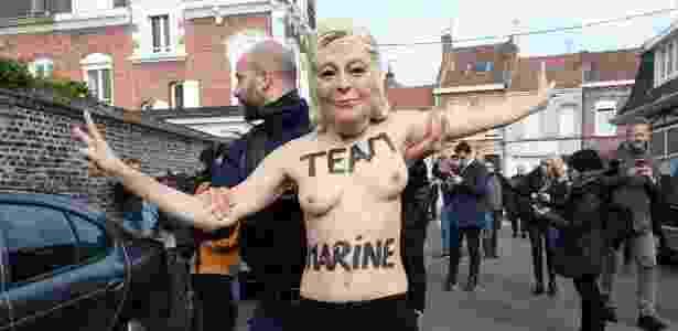 Manifestante com a máscara da candidata Marine Le Pen foi detida pela polícia - François Lo Presti/AFP - François Lo Presti/AFP