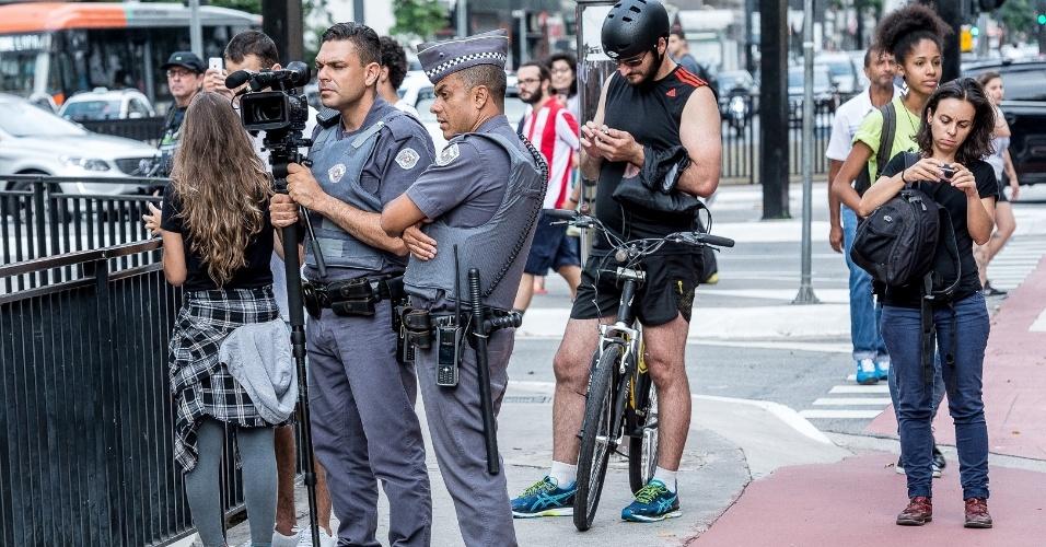 Durante manifestação do Movimento Passe Livre contra o reajuste de tarifas de ônibus, em São Paulo, policiais filmavam os participantes
