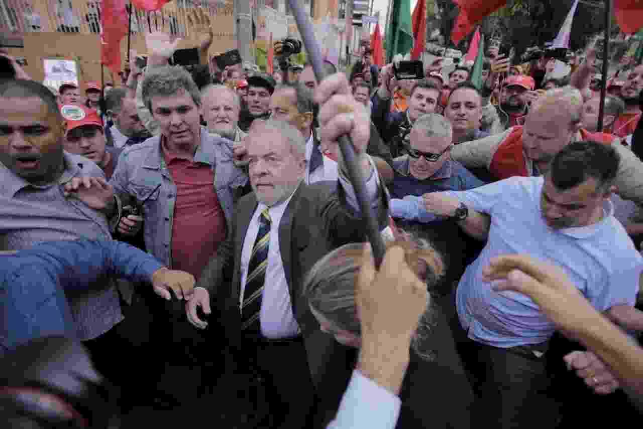 10-mai.2017 - Antes de depor ao juiz Sergio Moro em audiência da Lava Jato, o ex-presidente Luiz Inácio Lula da Silva vai para a rua ao encontro de manifestantes que realizam ato em seu apoio em Curitiba - André Lucas/UOL