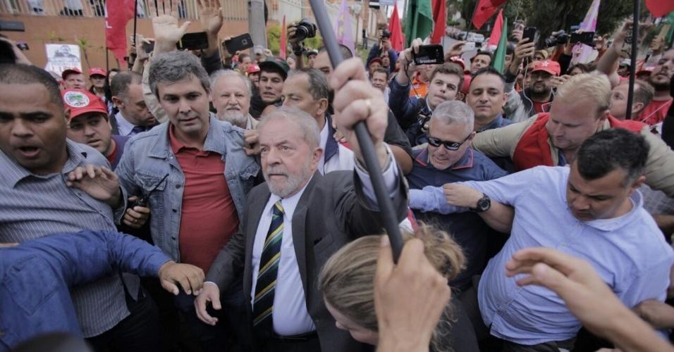 10-mai.2017 - Antes de depor ao juiz Sergio Moro em audiência da Lava Jato, o ex-presidente Luiz Inácio Lula da Silva vai para a rua ao encontro de manifestantes que realizam ato em seu apoio em Curitiba