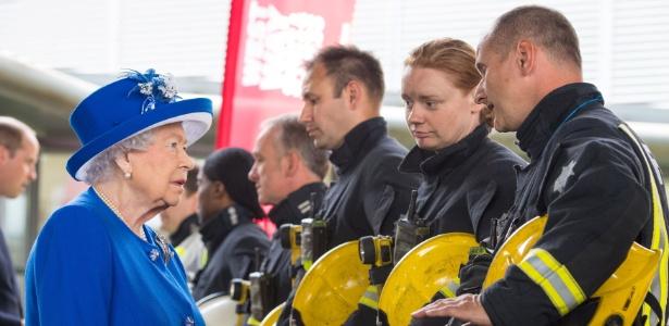 A rainha Elizabeth encontra com bombeiros durante visita a centro montado para ajudar os afetados pelo incêndio em prédio residencial, em Londres