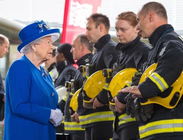 Dois depois do incêndio que atingiu a torre Grenfell, a Rainha Elizabeth encontrou com bombeiros durante visita a centro montado para ajudar os afetados pelo incêndio