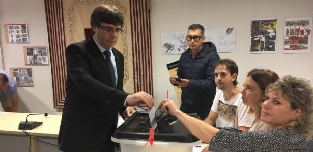 Presidente da Catalunha, Carles Puigdemont, vota em Cornella de Terri, na província de Girona