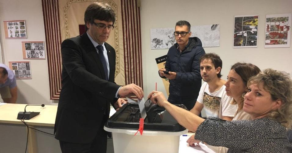 1.out.2017 - Presidente regional da Catalunha, Carles Puigdemont, vota em referendo na cidade de Cornella de Terri, na província de Girona, na manhã deste domingo (1º)