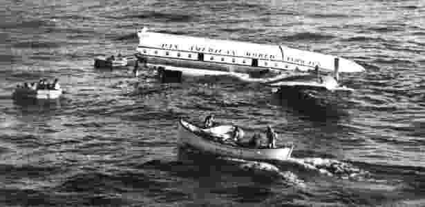 Resgate de tripulantes e passageiros do voo 6 da Pan Am no Pacífico em 1956 - Pan Am Historical Foundation via The New York Times