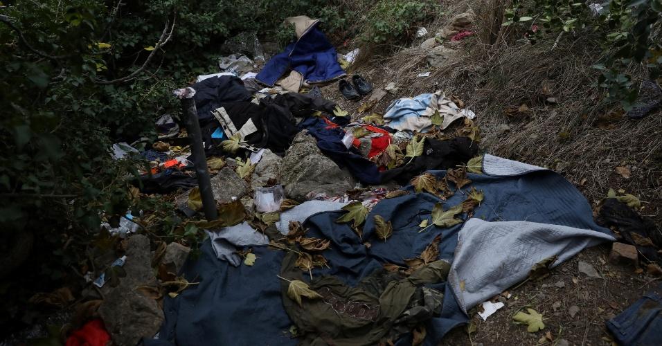 Roupas são deixadas por imigrantes na passagem montanhosa da Itália para a França