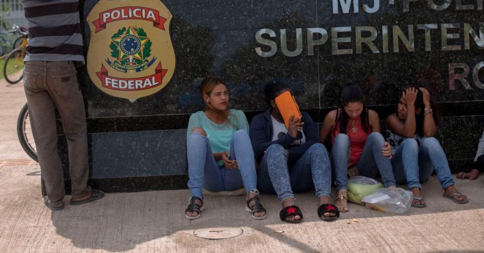 26.fev.2018 - Refugiados venezuelanos esperam ao lado de fora da sede Polícia Federal de Boa Vista enquanto aguardam papéis para regularizar sua situação no país