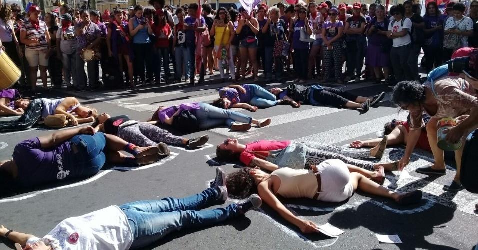 8.mar.2018 - Mulheres fazem ato no centro histórico de Porto Alegre (RS) contra a violência contra a mulher e o femicídio