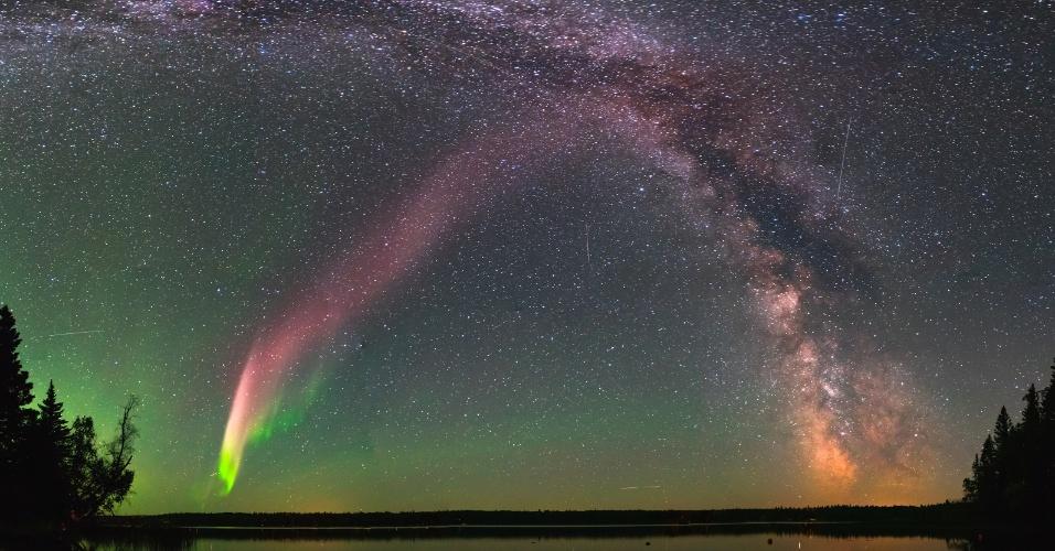Steve é uma aurora boreal caracterizada por uma linha no céu noturno com cor predominantemente roxa