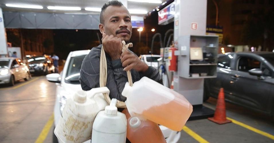 26.mai.2018 - Homem carrega galões de combustível em Brasília. Segundo as autoridades estaduais, o abastecimento deverá ser normalizado até esta segunda-feira (28)