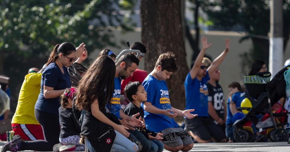 31.mai.2018 - Participantes acompanham, da Luz até Santana, 11 trios elétricos com cantores de música gospel