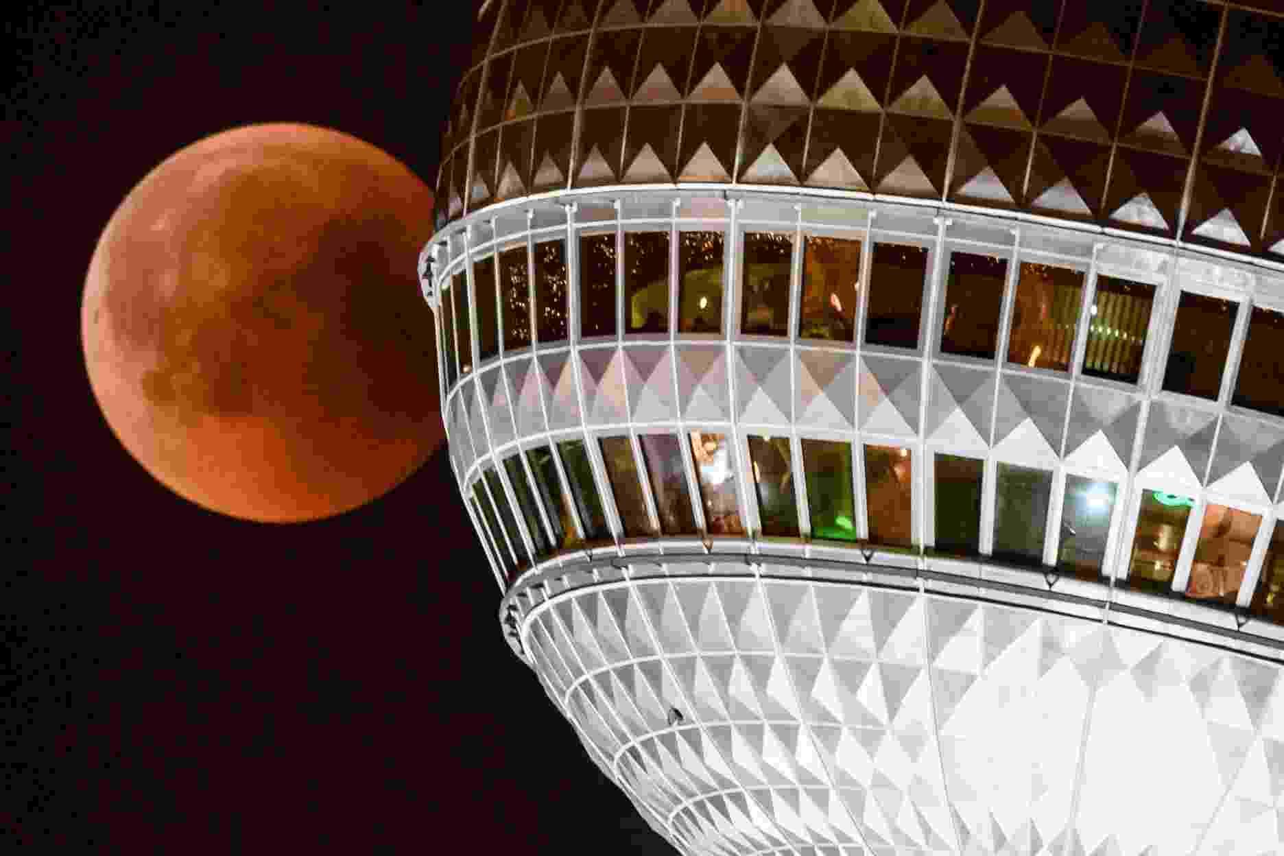 27.jul.18 - Lua de sangue vista com a torre de TV de Berlim, na Alemanha - EFE/EPA/CLEMENS BILAN
