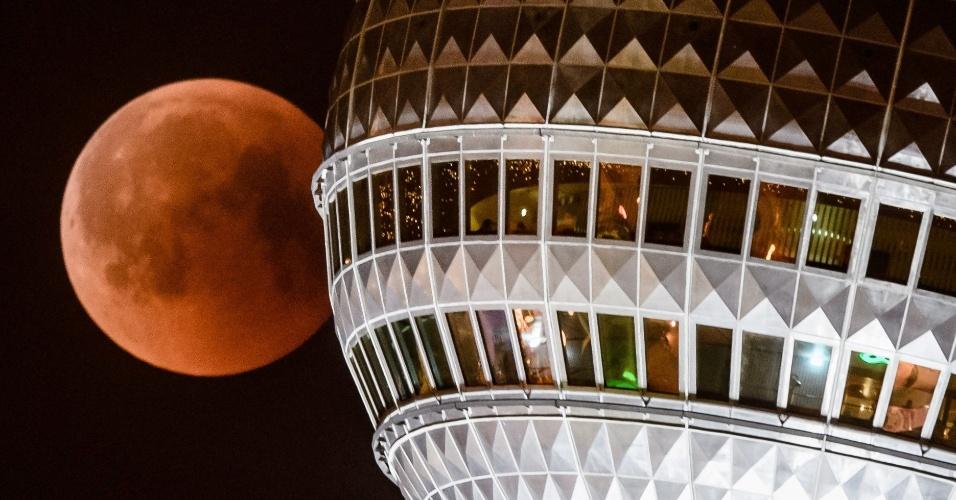 27.jul.18 - Lua de sangue vista com a torre de TV de Berlim, na Alemanha
