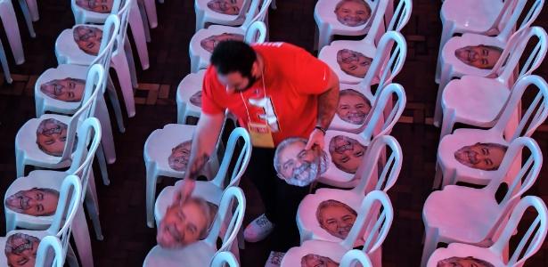 Máscaras de Lula na convenção do PT, no dia 4