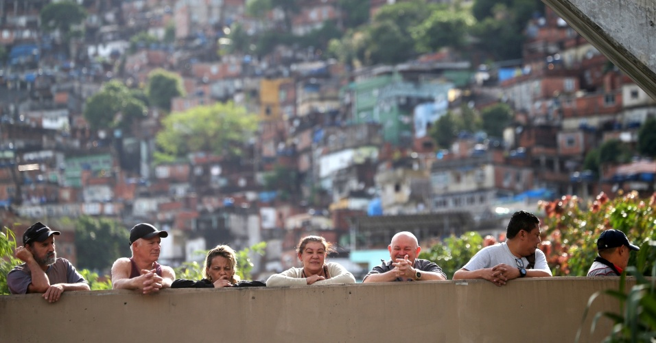 Eleitores aguardam a hora do voto no Rio de Janeiro