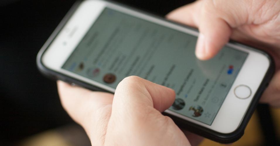 Pessoa usa o WhatsApp no iPhone