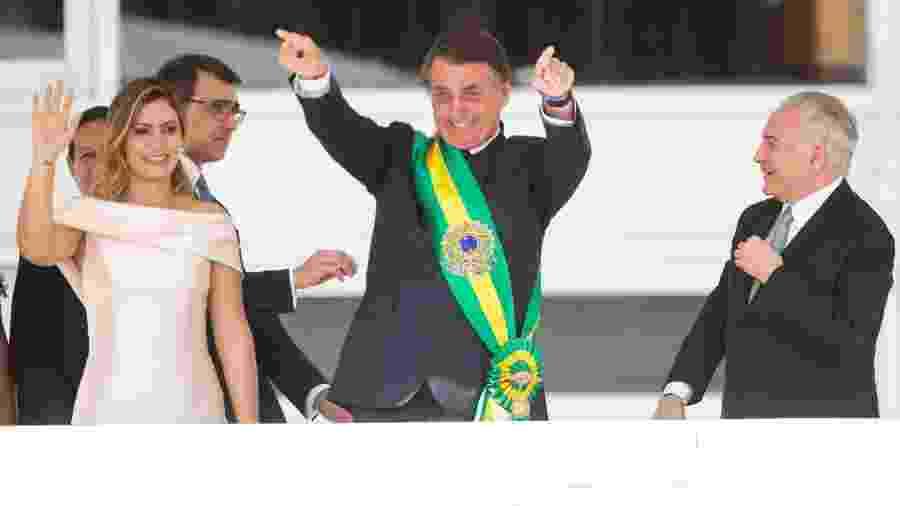 Jair Bolsonaro cumprimenta o público após receber a faixa presidencial - Celio Messias/Estadão Conteúdo