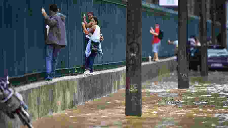 Chuvas no Rio de Janeiro deixam pessoas ilhadas  em abril deste ano - Carl de Souza/CDS/AFP