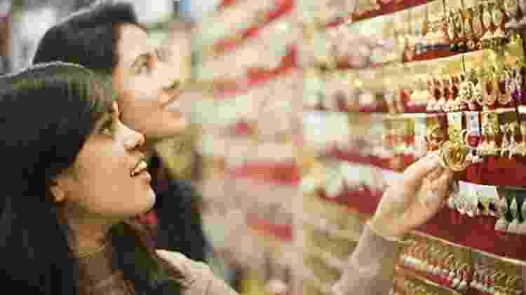 Loja de jóias na Índia na véspera do festival Diwali; país é o terceiro maior importador de ouro do mundo. - Getty Images - Getty Images