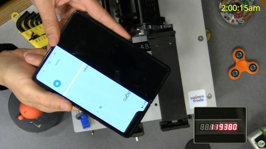 O Galaxy Fold se mostrou menos resistente em teste feito por site - Reprodução/Cnet