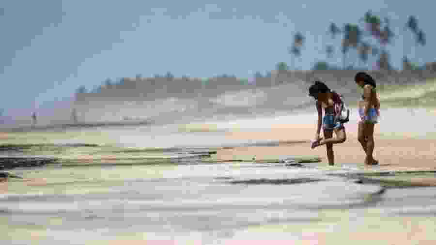 Banhistas em Conde, na Bahia; no Estado, órgão emitiu um alerta para que praias contaminadas com óleo sejam evitadas - REUTERS/ADRIANO MACHADO
