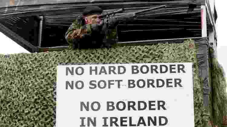 Grupos contrários ao Brexit fizeram manifestações na fronteira da Irlanda com placas e fantasias militares - AFP