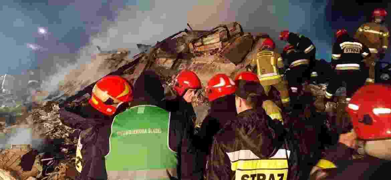 Equipes de resgate procuram corpos dos ocupantes do imóvel que desabou após uma explosão de gás em um resort em Szczyrk, na Polônia - Radio Bielsko/Reuters