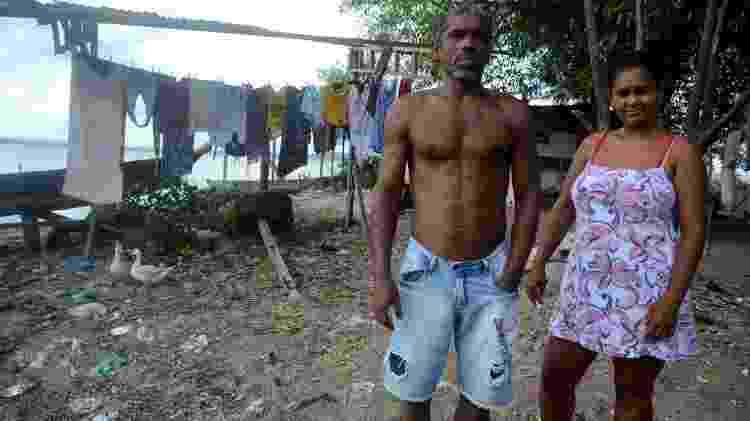 Paulo Bonfim e Maria Fabiana do Nascimento moram na favela Sururu de Capote, em Maceió, e sofrem as consequências do corte do Bolsa Família e da redução das vendas do pescado - Beto Macário/UOL