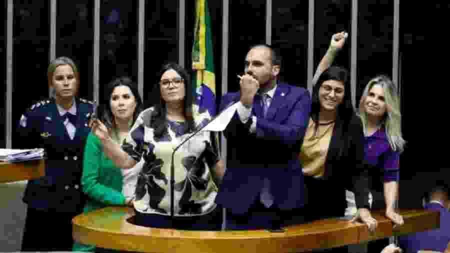 Eduardo Bolsonaro discursa na tribuna da Câmara cercado por deputadas bolsonaristas - Luís Macedo/Agência Câmara