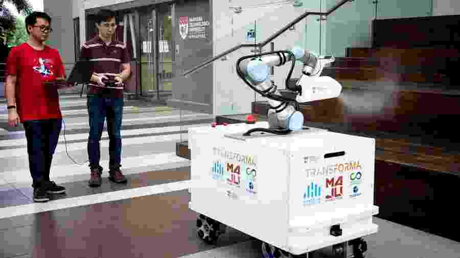 """O """"XDBOT"""" (robô de extrema desinfecção) tem a forma de uma caixa retangular montada sobre rodas - AFP PHOTO / NTU SINGAPORE"""